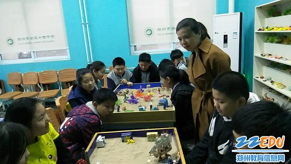 5.心晴社社员们进行沙盘活动