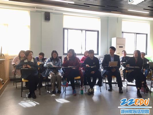 3 李婷婷老师和参加沙龙的教师们分享了当好班主任的经验和方法