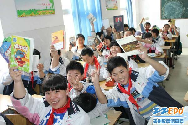 学生们开心的向寇志华老师展示自己的书