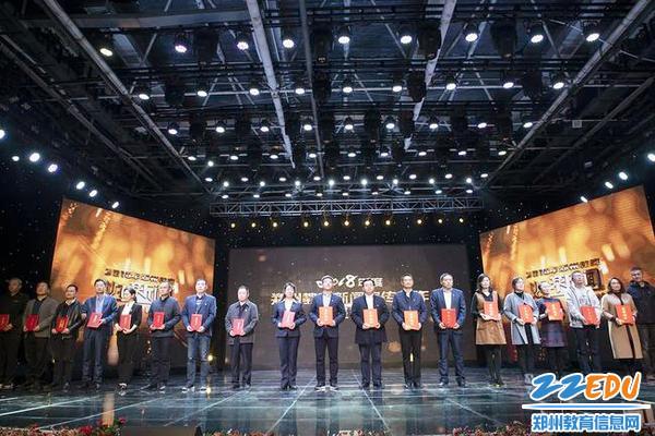 yzc88亚洲城官网工会主席乔战军(左八)上台领奖_副本