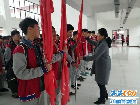 校长段亚萍进行授旗仪式