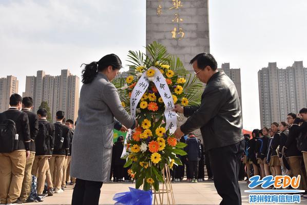 校长段亚萍和党委书记魏勇为革命烈士整理挽联敬献花圈