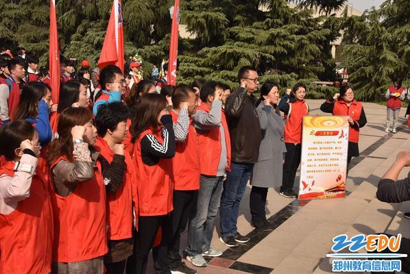 共产党员重温入党誓词