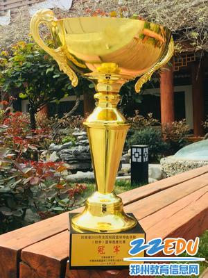 八中校园里的冠军奖杯 - 副本