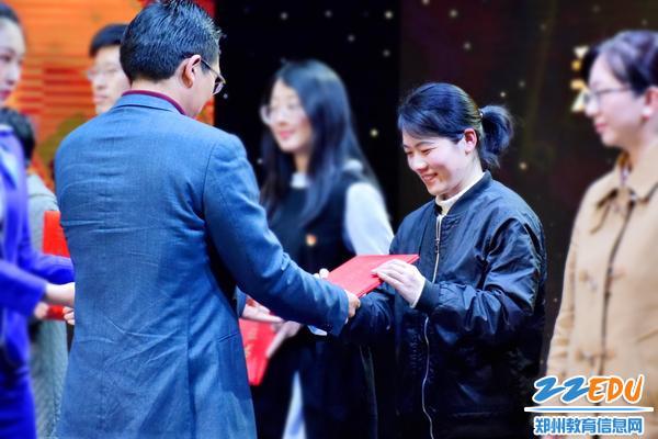 2郑州47中卢海丽老师荣获2018年度教育新闻宣传工作先进个人
