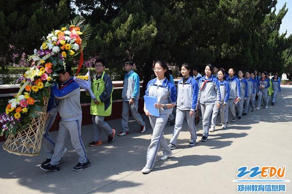 学生代表向英雄纪念碑献花篮