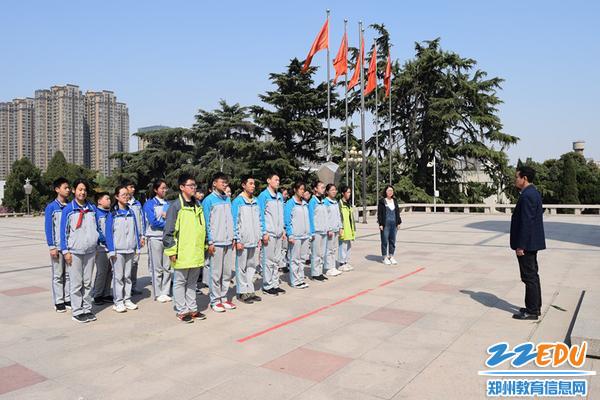 团委副书记王元柱为同学们讲述革命先烈的故事