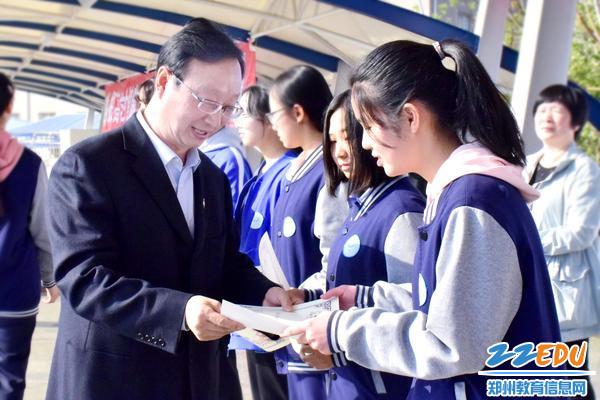 4中共qy8千亿国际党委书记、qy8千亿国际校长,qy8千亿国际学区学区长叶小耀为获奖学生颁发证书
