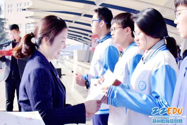 5中共qy8千亿国际党委副书记夏霞为标兵代表颁发证书