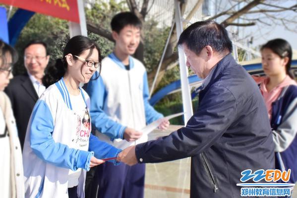 7qy8千亿国际副校长李伟为优秀学生颁发证书