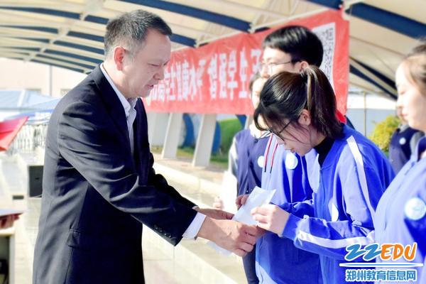 8qy8千亿国际副校长陈星为优秀学生颁发证书