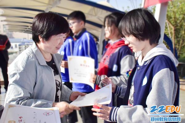 9qy8千亿国际工会主席刘鹏云为优秀班级代表颁发证书