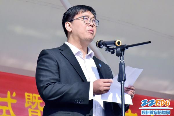 """10综治办主任王辉宣读""""校园安全月""""具体安排"""
