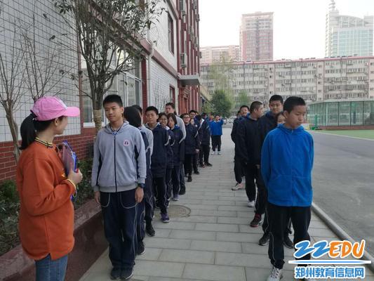 2考生们排队抽签等待进场