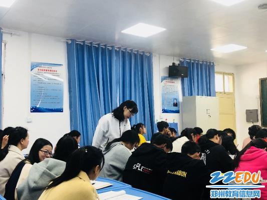 齐静老师观察学生课堂检测情况
