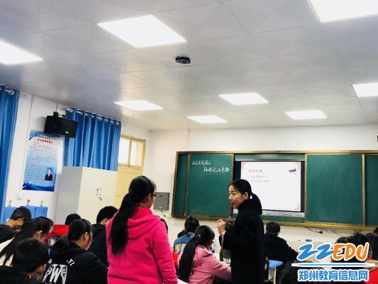 牧夏女老师课堂上与学生互动交流