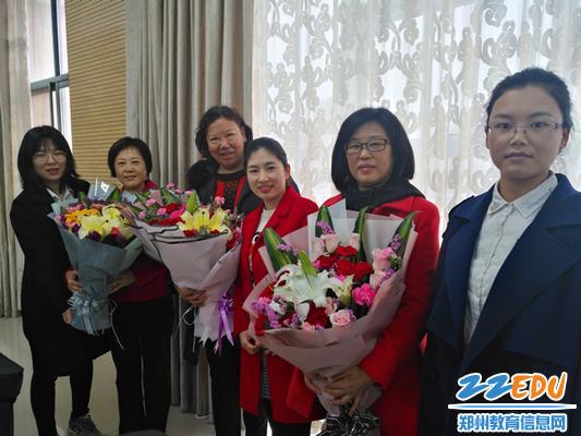 青年教师为三位前辈献花