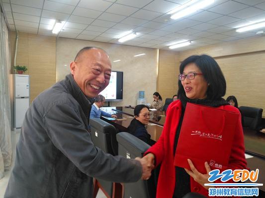 校领导为退休教师颁发纪念品