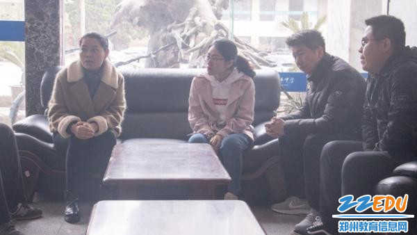 经纬中学政教主任孟光明(左一)主持会议