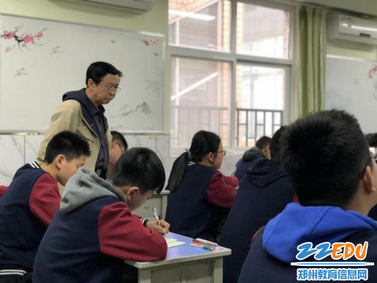 专家组成员和57中校领导深入教室推门观课1