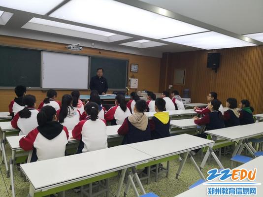 专家组成员听取来自学生的声音