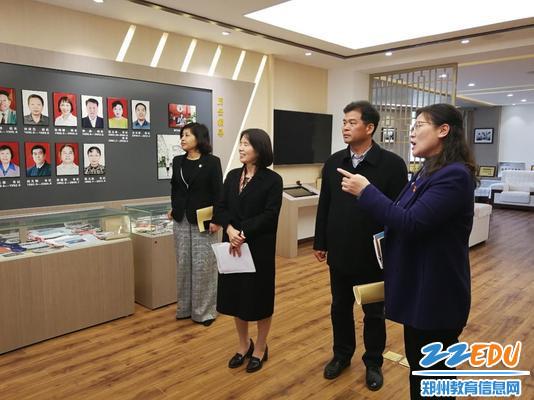 专家组参观57中校史馆,了解学校历史文化