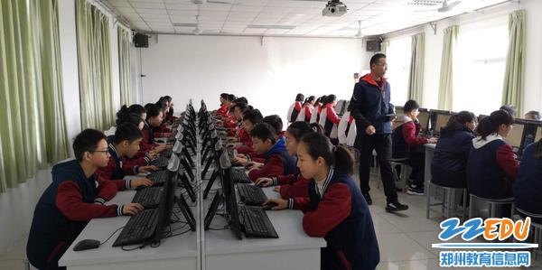 学生进行网上问卷