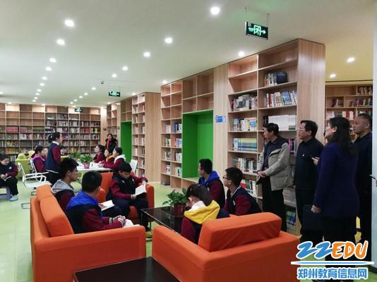 专家组参观学校设施建设