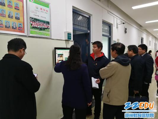 专家组对学校电子班牌建设给予赞扬