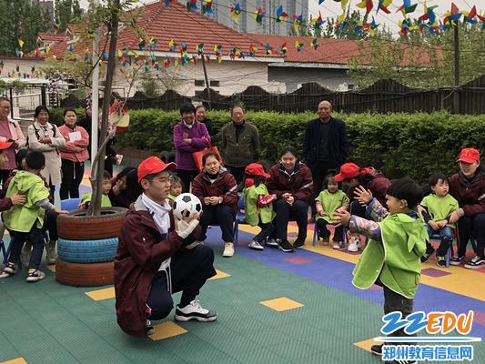 小宝贝和志愿者哥哥一起表演节目