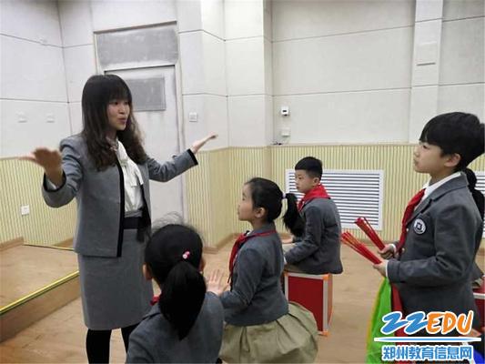 1.路雪老师在课上为学生做示范
