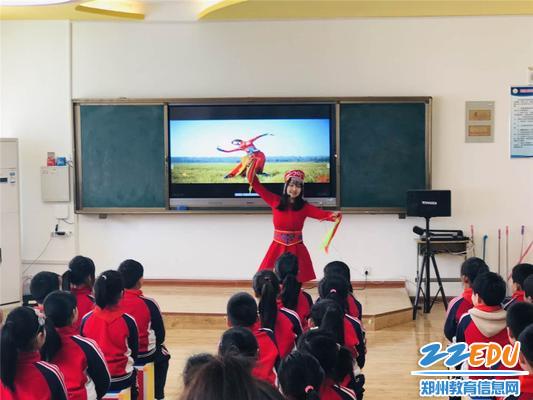 2.马玲老师用舞蹈导入新课,引人入胜