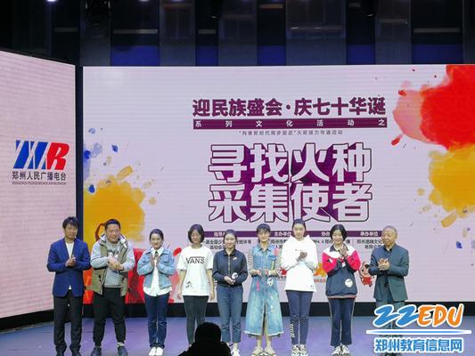 6优秀选手李梦瑶与评委老师合影留念