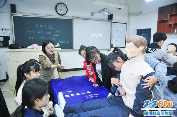 孟星老师指导学生学习海姆立克急救法