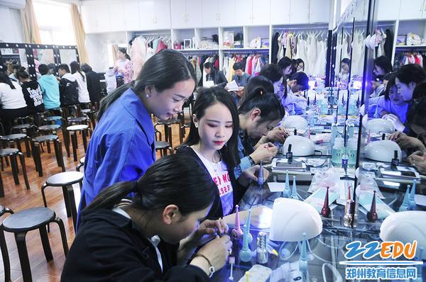 刘洁老师与学生一起制作猫眼美甲