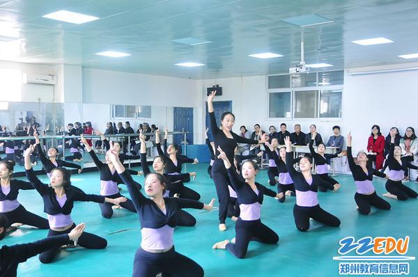 张祎老师教授傣族舞蹈动律组合