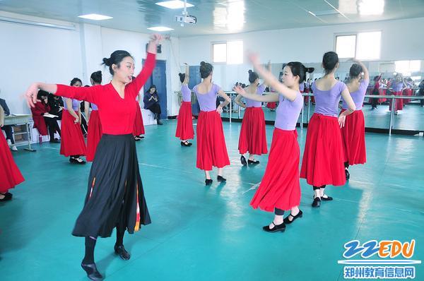 胡燕老师给学生示范动作要领