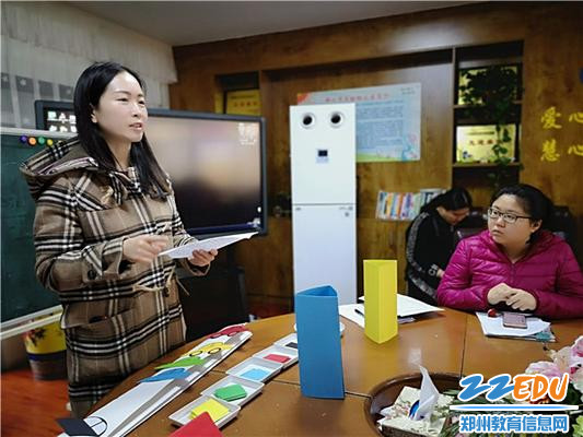 市实验幼儿园副园长张雪宣读抽签试讲要求