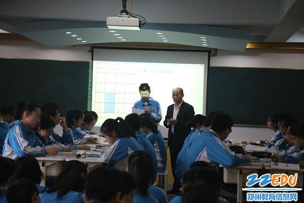 孙琪斌老师课堂上,学生积极发言