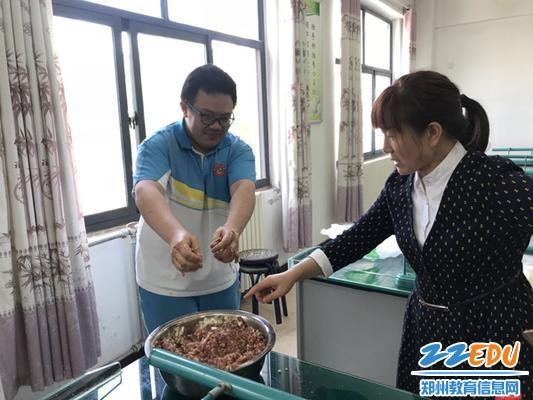 美食节-老师指导学生包饺子1