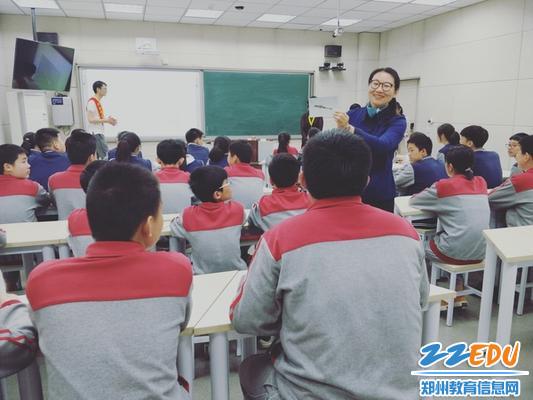 志愿者们与学生的热烈互动