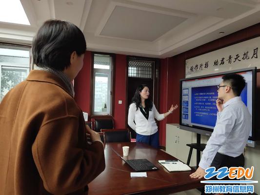 4. 与会教师与张老师会后交流