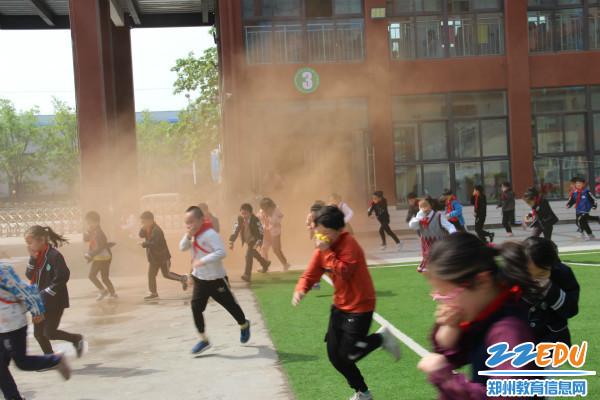 1.学生穿过烟雾逃生