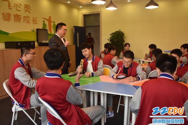 学生在老师的指导下进行团体活动