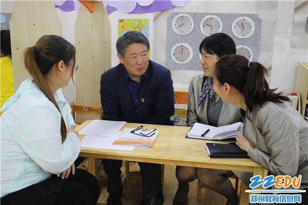 5、督导专家柳海民和授课老师进行课程交流