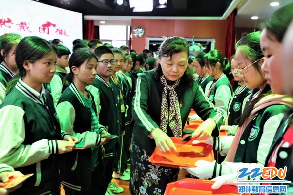 10.校党委书记王海方等校领导为新团员颁发团章、团员证佩戴团徽