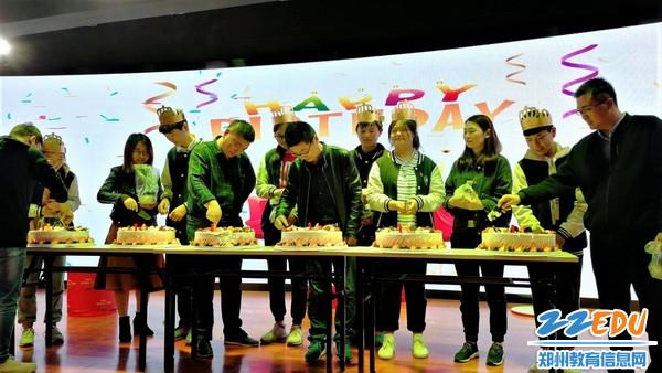 12.班主任和学生代表一起切蛋糕