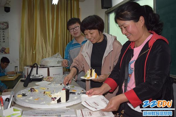 家长代表为同学们分享蛋糕