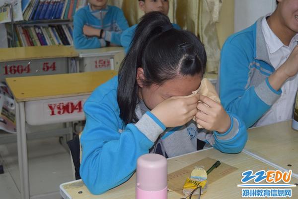 孩子流下感动的泪水