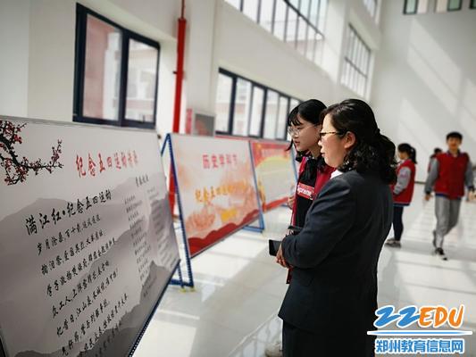 历史组教师姜秋菊与学生一起交流